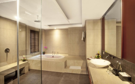 Bathroom di Adhi Jaya Sunset Hotel