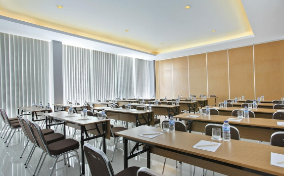 meeting room di Amaris Embong Malang