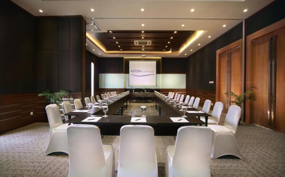 Meeting room di Aston Bojonegoro