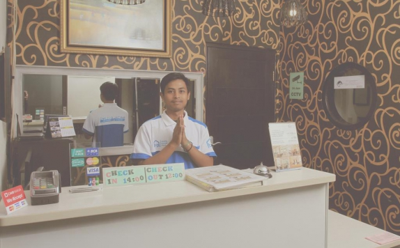 Receptionist di Bantal Guling Guesthouse Trans