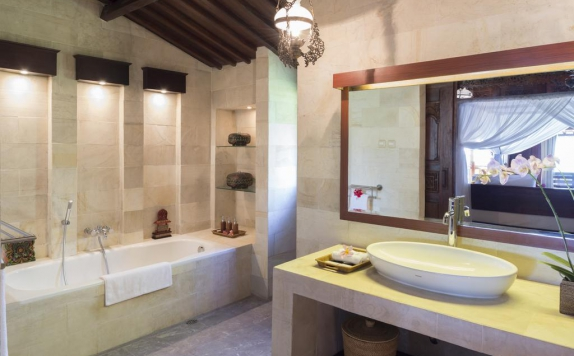 Bathroom di Beach Villa Mutiara Lombok