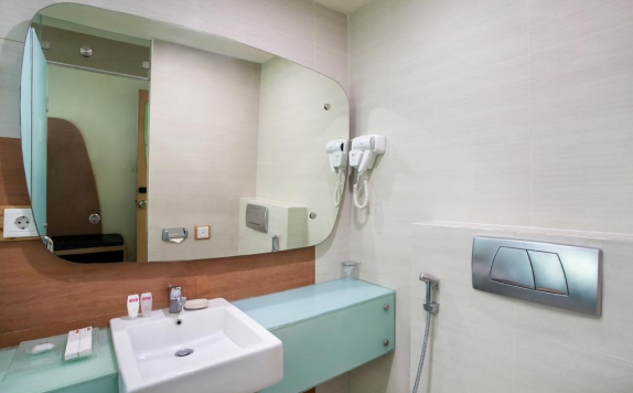 Bathroom di Business Hotel Tomang