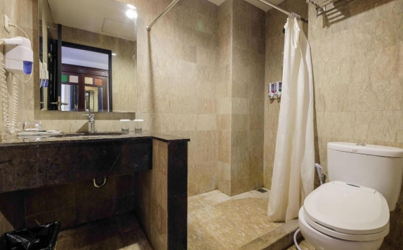 bathroom di Colonial Hotel Makassar