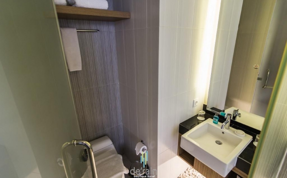 Bathroom di De Rain Hotel Bandung Managed By Dafam