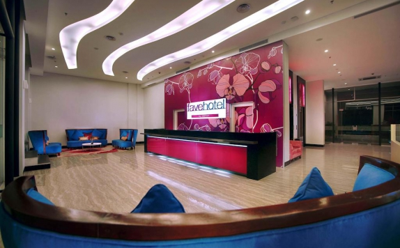 Receptionist di Favehotel Daeng Tompo