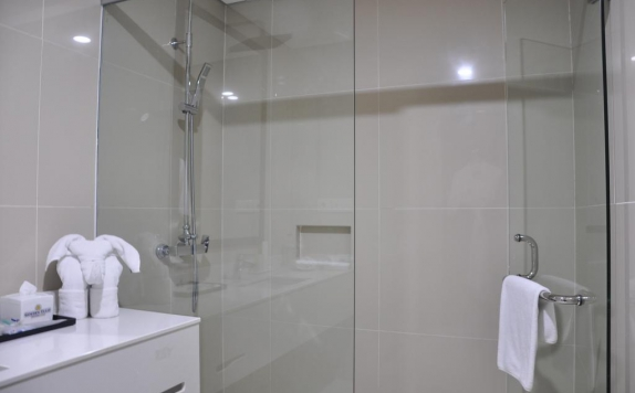 Bathroom di Golden Tulip Essential Pontianak