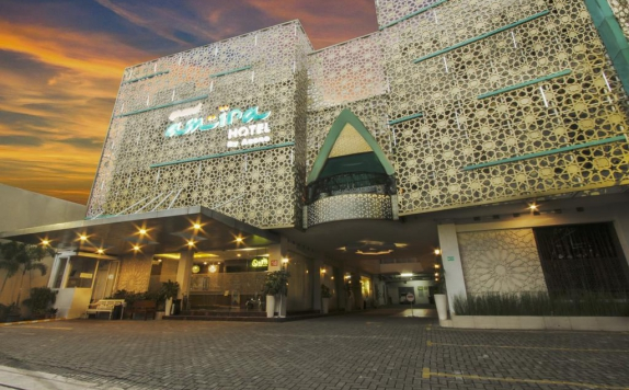 Front view di Grand Amira Hotel by Azana