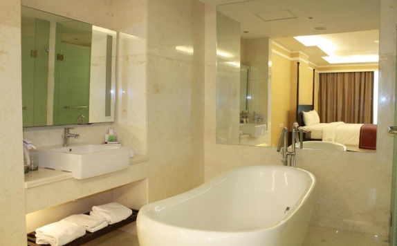 Bathroom di Grand Clarion Hotel and Convention Makassar