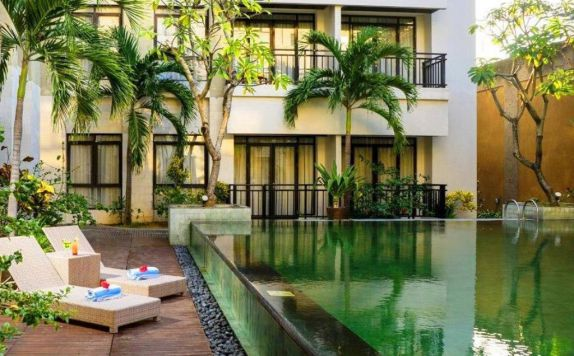 swimming pool di Grand Kuta Hotel & Residence