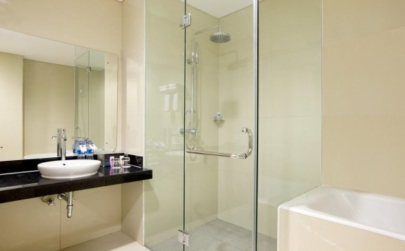 Bathroom di Hariston Hotel & Suites