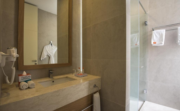 bathroom di Harris Hotel and Conventions Malang