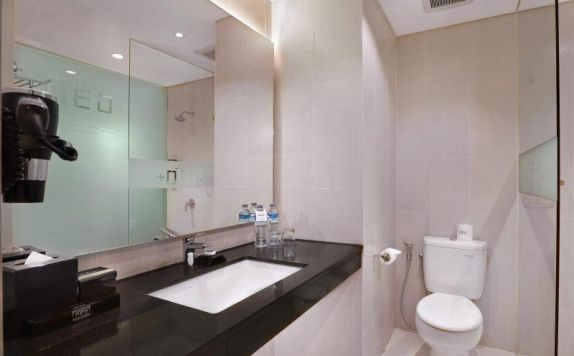 Superior Bathroom di Neo Kuta Legian