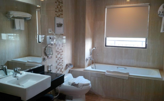 Bathroom di Ijen Suites Resort and Convention