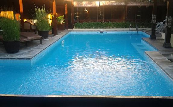 Swimming Pool di Istana Batik Ratna
