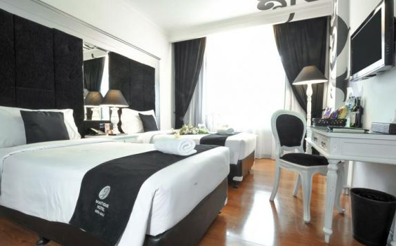 guest room twin bed di J Boutique Hotel