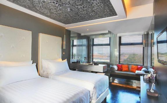 guest room twin bed di L Hotel Seminyak