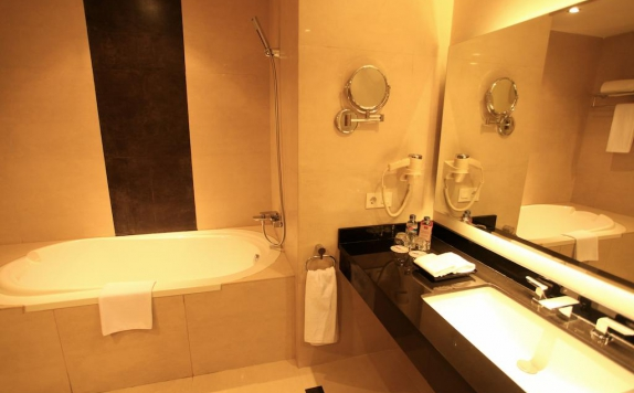 Bathroom di Mercure Banjarmasin City Centre