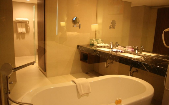 bathroom di MG Setos Hotel Semarang