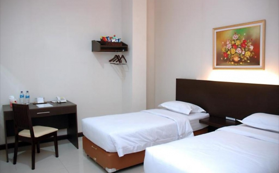 guest room twin bed di Palace Inn Plaza Medan