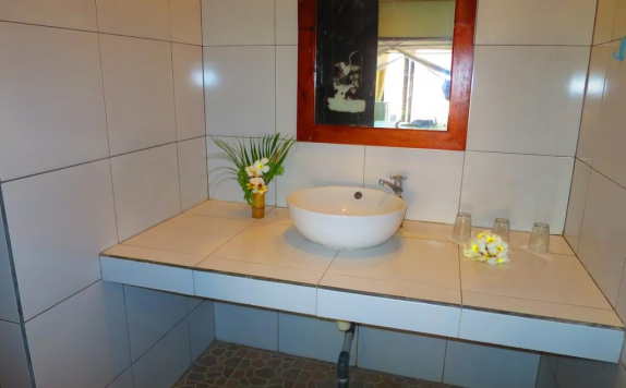 Bathroom di Rising Star Beach Resort