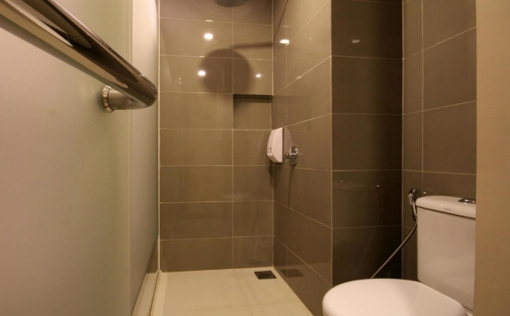 Bathroom di Sky Inn Express Hotel