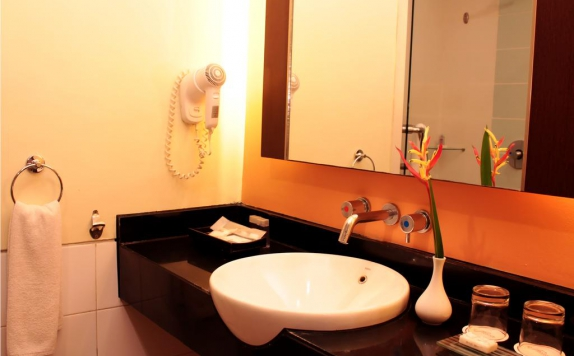 Bathroom di Solo Paragon Hotel & Residences
