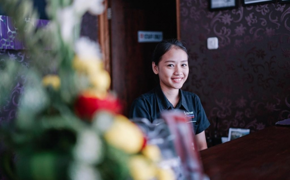 Receptionist di Summer Season Hotel