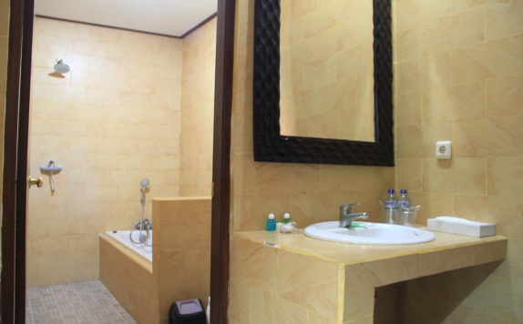 Bathroom di Suriwathi Beach Hotel