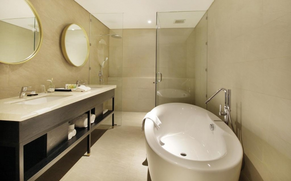 bathroom di Swiss-Belinn Airport Surabaya