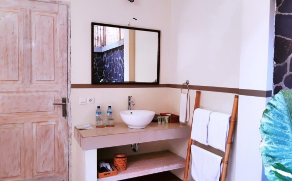 bathroom di The Beach House Resort Lombok