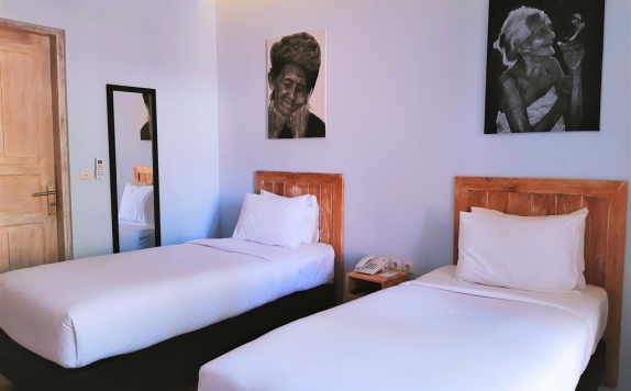 guest room twin bed di The Beach House Resort Lombok
