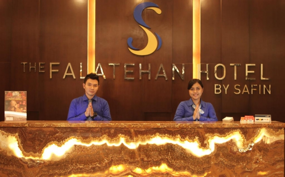 Receptionist di The Falatehan Hotel