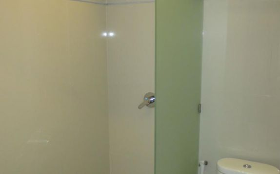 bathroom di The Grand Bali Park Hotel