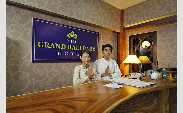 Receptionist di The Grand Bali Park Hotel