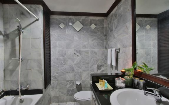 Bathroom di The Jayakarta Bali Beach Resort Residence and Spa