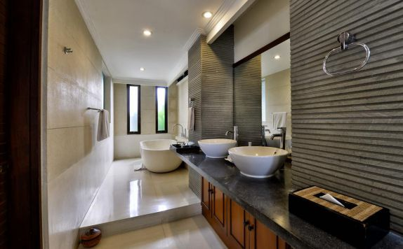 bathroom di The Khayangan Dreams Villa