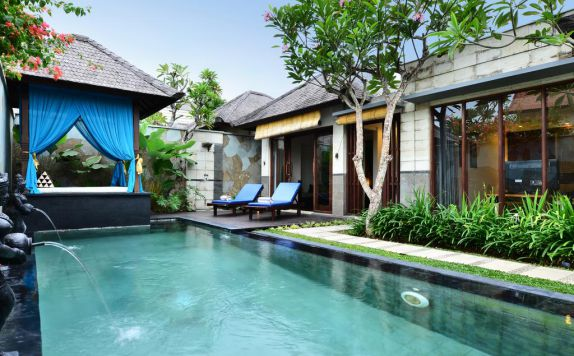 swimming pool di The Khayangan Dreams Villa