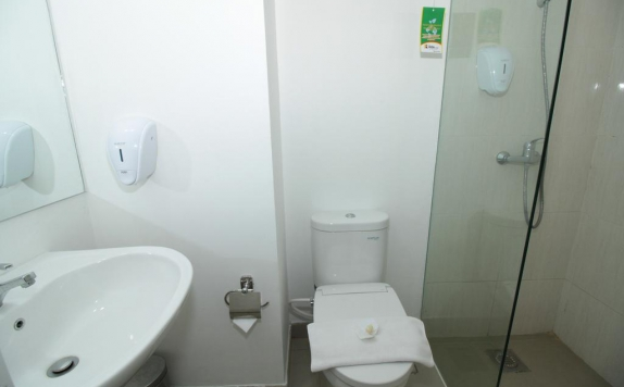 Tampilan Bathroom Hotel di The Win Hotel Surabaya