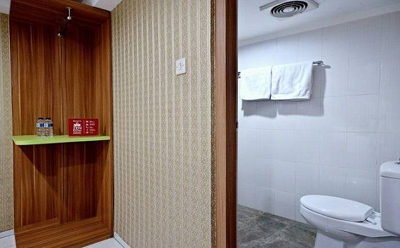 Bathroom di ZEN Rooms Kampung Bali Tanah Abang (ZEN Rooms Green Apple)