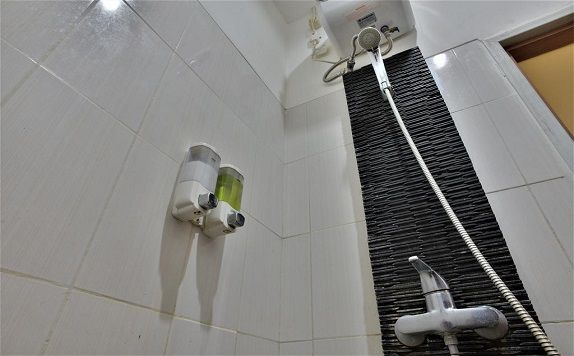 Shower di ZEN Rooms Kampung Bali Tanah Abang (ZEN Rooms Green Apple)