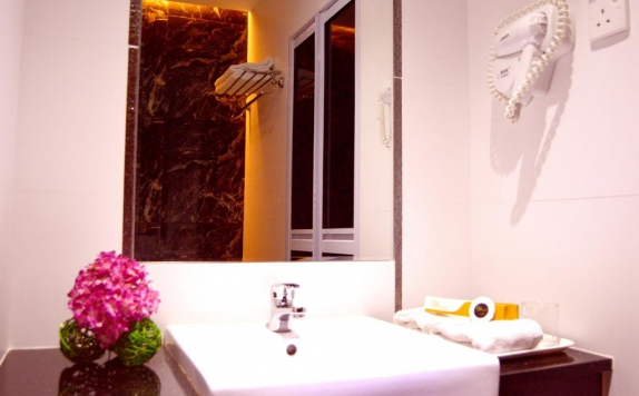 Bathroom di 89 Hotel Batam