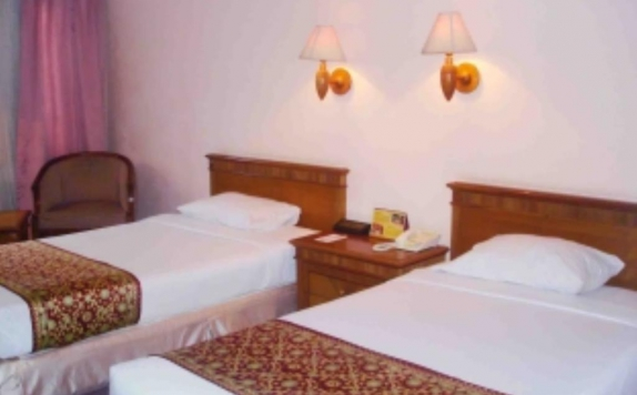 guest room twin bed di Abadi Hotel