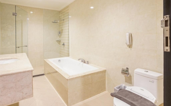 Bathroom di Aerotel Smile Makassar