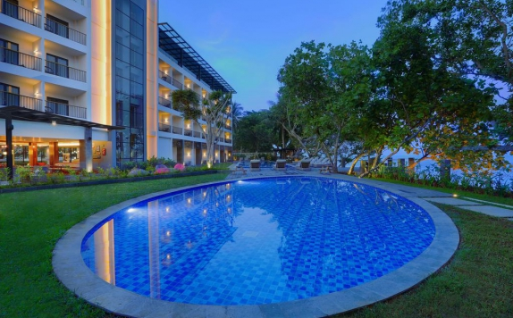 Swimming pool di Aston Anyer Beach Hotel