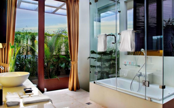Tampilan Bathroom Hotel di Aston At Kuningan Suites