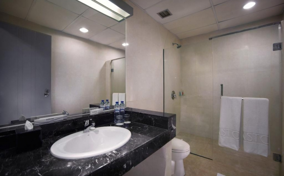 bathroom di Aston Cengkareng Hotel