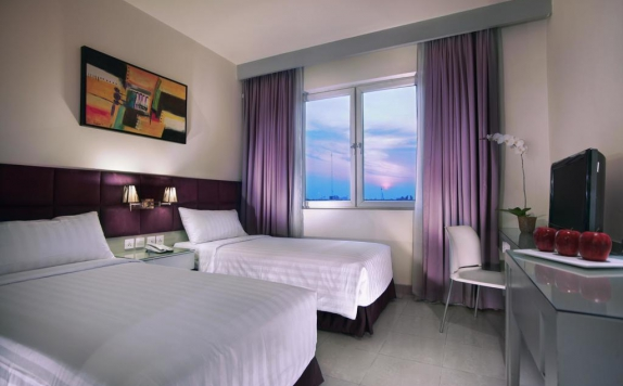 guest room twin bed di Aston Cengkareng Hotel