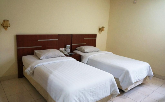 guest room twin bed di Azza Hotel Palembang