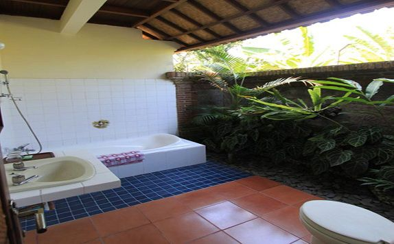 Bathroom di Bali Garden View Cottage Ubud
