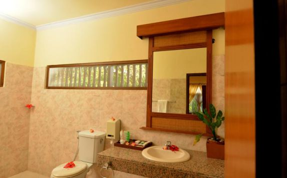 Bathroom di Banyualit Spa & Resort